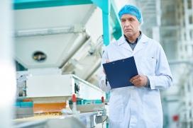 ¿Cuáles son los beneficios y desafíos de la extrusión en frío en la industria del pet food?